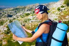 Mujer que viaja que mira en mapa Fotos de archivo libres de regalías