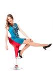 Mujer bonita delgada joven en la presentación azul del vestido Imagen de archivo
