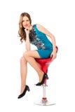 Mujer bonita delgada joven en la presentación azul del vestido Fotografía de archivo libre de regalías