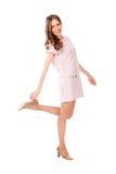 Mujer bonita delgada joven en la presentación rosada del vestido Fotos de archivo