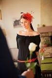 Mujer bonita el fecha en café Imagenes de archivo