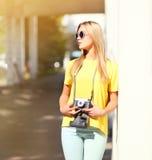 Mujer bonita elegante del retrato de la moda de la calle con la cámara retra Fotografía de archivo libre de regalías