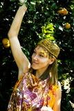 Mujer bonita en arboleda anaranjada que sonríe, che musulmán real del Islam de la muchacha foto de archivo