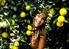 Mujer bonita en arboleda anaranjada que sonríe, che musulmán real del Islam de la muchacha Fotografía de archivo libre de regalías