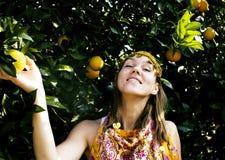 Mujer bonita en arboleda anaranjada que sonríe, che musulmán real del Islam de la muchacha imagen de archivo