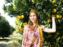 Mujer bonita en arboleda anaranjada que sonríe, muchacha musulmán real del Islam Foto de archivo libre de regalías