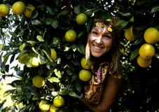 Mujer bonita en arboleda anaranjada que sonríe, muchacha musulmán real del Islam alegre imagen de archivo