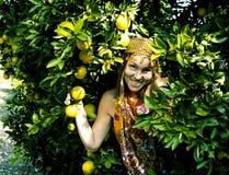 Mujer bonita en arboleda anaranjada que sonríe, muchacha musulmán real del Islam alegre fotografía de archivo libre de regalías