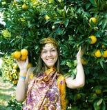 Mujer bonita en arboleda anaranjada que sonr?e, muchacha musulm?n real del Islam fotos de archivo libres de regalías