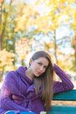 Mujer bonita en Autumn Outfit Sitting en banco Fotografía de archivo libre de regalías