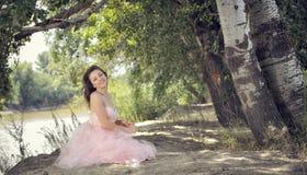 Mujer bonita en bosque en tiempo de primavera Imágenes de archivo libres de regalías