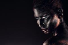 Mujer bonita en brillos en oscuridad Foto de archivo