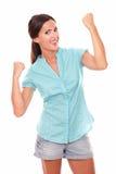 Mujer bonita en camisa azul con los brazos para arriba Foto de archivo