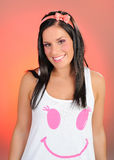 Mujer bonita en camiseta con sonrisa rosada Imagen de archivo