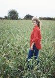 Mujer bonita en campo de maíz Imágenes de archivo libres de regalías