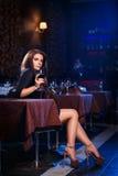 Mujer bonita en club nocturno Foto de archivo libre de regalías