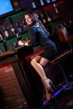 Mujer bonita en club nocturno Fotografía de archivo libre de regalías