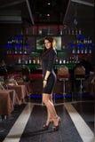 Mujer bonita en club nocturno Imágenes de archivo libres de regalías