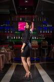 Mujer bonita en club nocturno Imagen de archivo