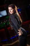 Mujer bonita en club nocturno Fotos de archivo libres de regalías