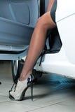 Mujer bonita en coche foto de archivo libre de regalías