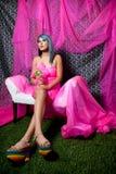 Mujer bonita en color de rosa con los zapatos del arco iris Fotos de archivo libres de regalías