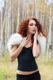 Mujer bonita en corsé con la piel blanca y el pelo rizado Fotos de archivo