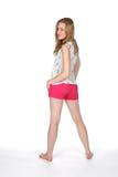 Mujer bonita en cortocircuitos rosados apretados con los pies descubiertos Imagenes de archivo