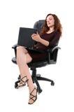 Mujer bonita en el ordenador fotos de archivo