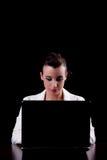 Mujer bonita en el ordenador Imagen de archivo libre de regalías