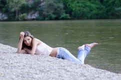 Mujer bonita en el paisaje hermoso en el río foto de archivo libre de regalías