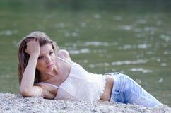Mujer bonita en el paisaje hermoso en el río Fotos de archivo libres de regalías
