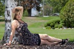 Mujer bonita en el parque Fotos de archivo