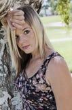 Mujer bonita en el parque Foto de archivo