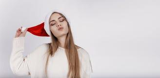 Mujer bonita en el sombrero de Papá Noel Fotos de archivo libres de regalías