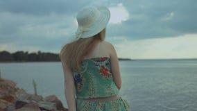 Mujer bonita en el verano que tiene resto por la playa almacen de metraje de vídeo