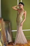 Mujer bonita en el vestido de la vendimia que presenta en un cuarto Fotos de archivo libres de regalías