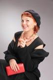 Mujer bonita en estilo retro con los accesorios rojos Fotos de archivo