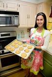 Mujer bonita en galletas de la hornada de la cocina Imagenes de archivo