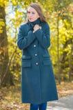 Mujer bonita en Gray Coat en fondo de la naturaleza Imágenes de archivo libres de regalías