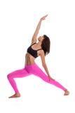 Mujer bonita en la actitud de la yoga - posición reversa del guerrero. Imagen de archivo