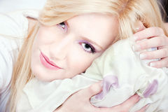 Mujer bonita en la almohadilla Imagen de archivo