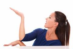 Mujer bonita en la camisa azul que detiene la palma Imágenes de archivo libres de regalías