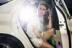 Mujer bonita en la parte posterior de una limusina Fotografía de archivo libre de regalías