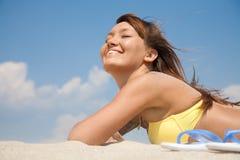 Mujer bonita en la playa Fotos de archivo