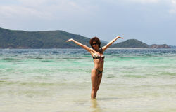 Mujer bonita en la playa Imagenes de archivo