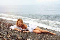 Mujer bonita en la playa Foto de archivo libre de regalías