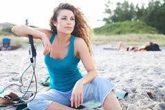 Mujer bonita en la playa con la bicicleta fotografía de archivo libre de regalías
