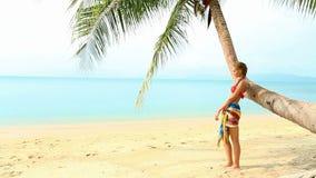Mujer bonita en la playa tropical almacen de video