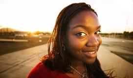 Mujer bonita en la puesta del sol Foto de archivo